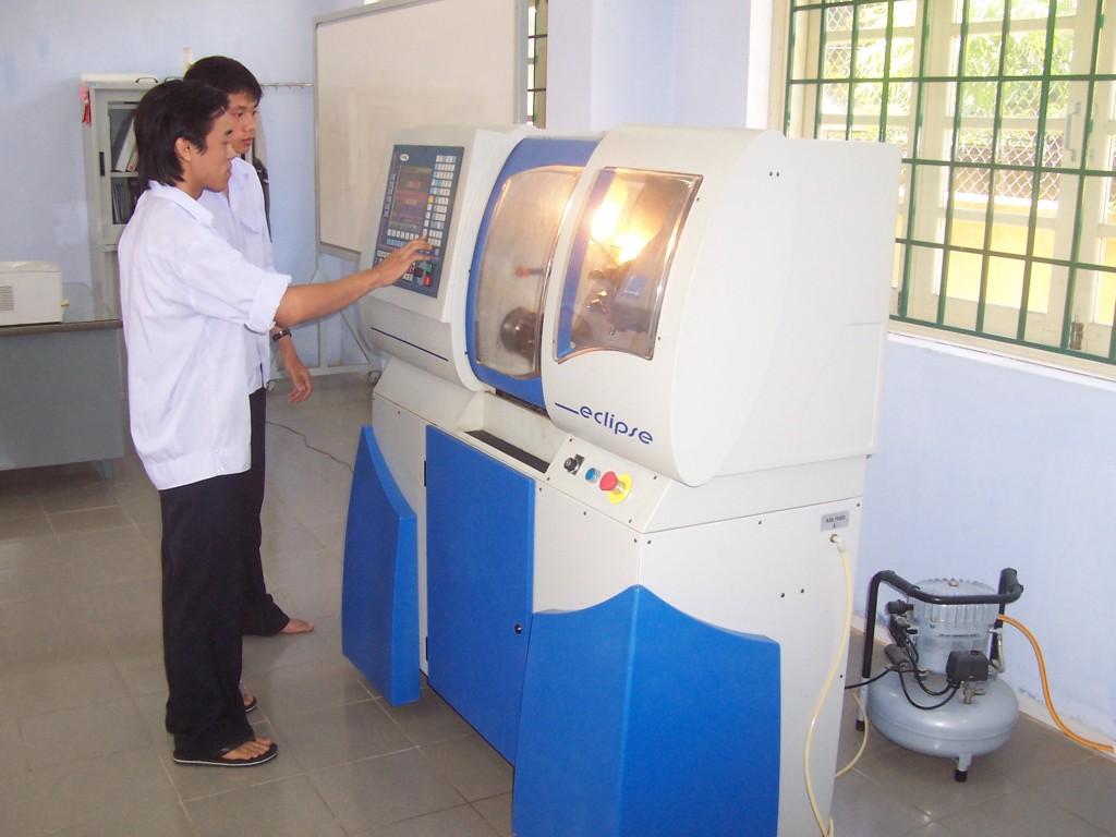 Sinh viên thực hành máy CNC