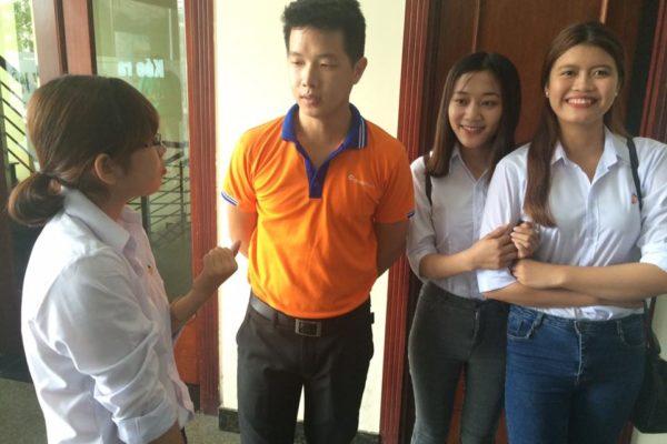 Thầy H.V. Hiệp trao đổi với sinh viên trong một chuyến thực tập