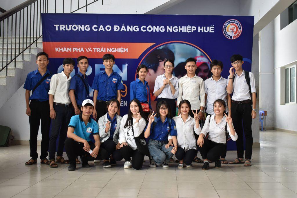 Các bạn học sinh THPT hào hứng tham quan, trải nghiệm tại Trường Cao đẳng Công nghiệp Huế trước thềm kỳ thi tốt nghiệp