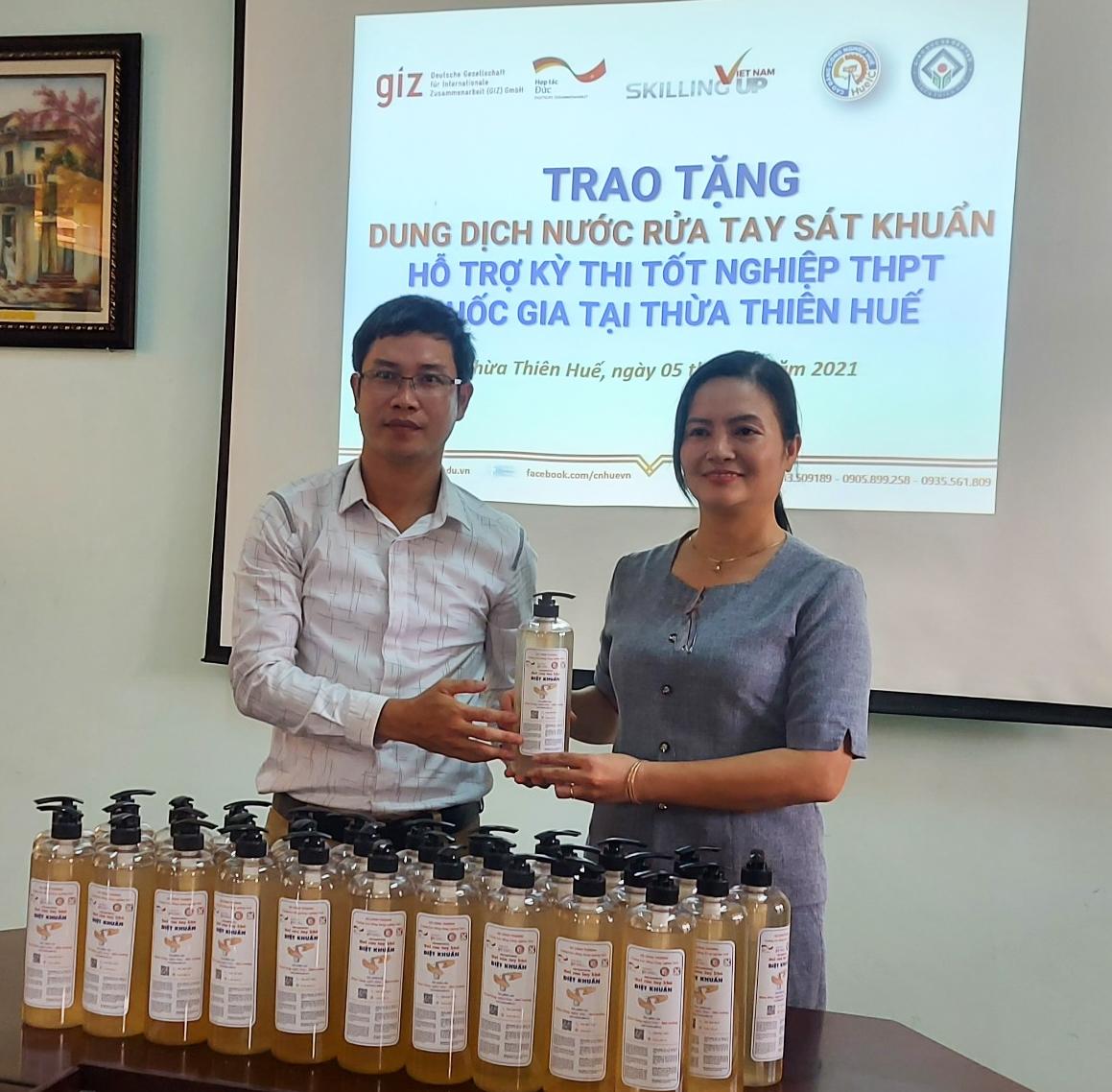 Trao tặng 90l dung dịch nước rửa tay sát khuẩn hỗ trợ công tác tổ chức thi tốt nghiệp THPT Quốc gia tại Thừa Thiên Huế